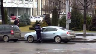 Mașinile au invadat trotuarul din centrul capitalei