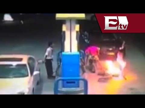 Desde la red: Motocicleta se incendia en plena gasolinera (VIDEO) / Titulares de la mañana