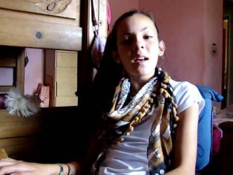 Niña de 12 Años Cantando Corre