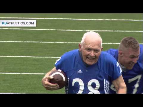 Video: 89-year-old scores touchdown in Kansas football game