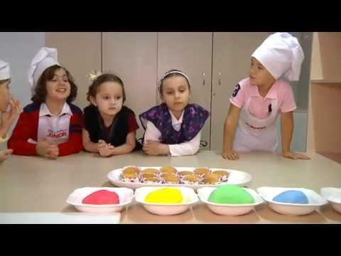 дети готовят маффины и сами их украшают