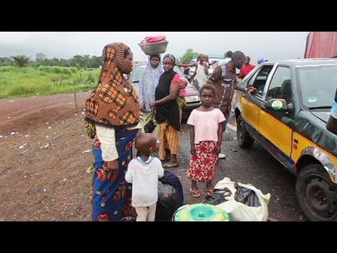 Ebola: Guinea isolata. Arrivano primi