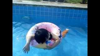 Kakak seronok dapat mandi kolam!