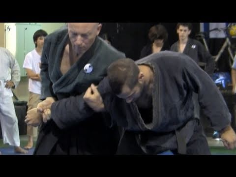 Five Ninjutsu techniques against collar tie, half clinch, advanced - Akban wiki Image 1