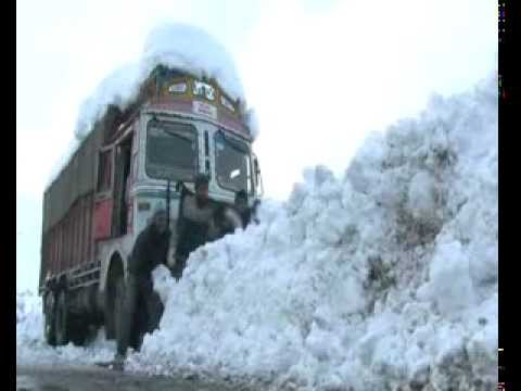 Heavy snowfall shuts Jammu-Srinagar highway!