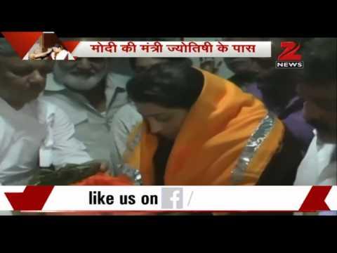 Smriti Irani Meets Rajasthan-based Astrologer Nathulal Vyas In Bhilwara video