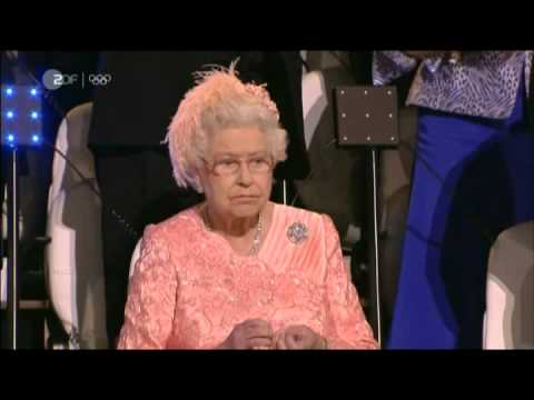 Queen Elizabeth is not amused - her nails at the opening ceremony - Olympia 2012