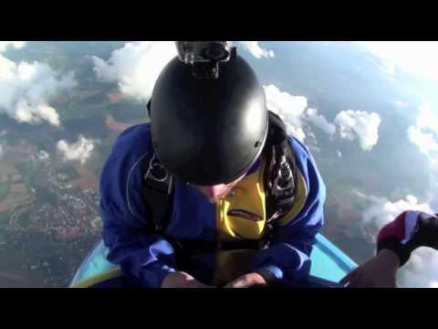 Resuelve cubo Rubik mientras se lanza en un paracaídas
