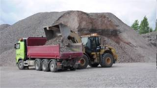 Cat 962H loading two Volvo FH with gravel