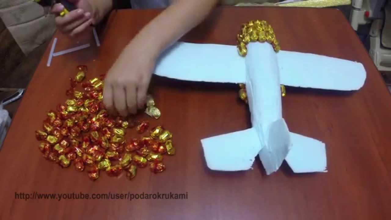 Самолет из конфет своими руками фото