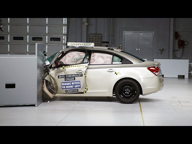 2013 Chevrolet Cruze small overlap IIHS crash test - YouTube
