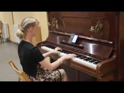 Blondyna Gra Na Pianinie