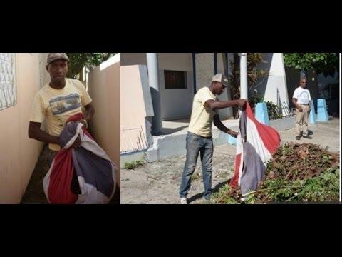 Haitiano recoje basura con una Bandera Dominicana R.D