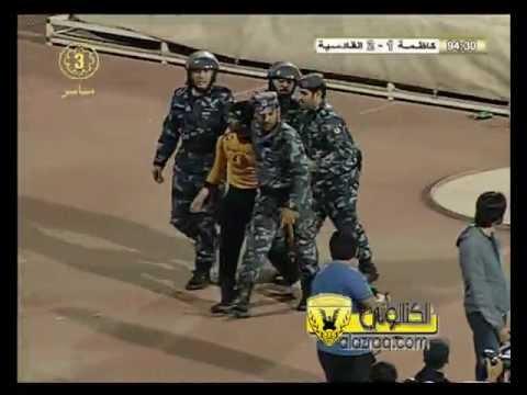 نزول أحد المشجعين الى الملعب