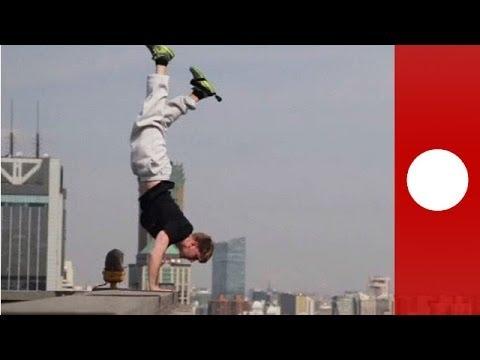 Peur du vide ?  Ne regardez pas cet homme faire l'équilibre du haut d'un gratte-ciel à Shanghai
