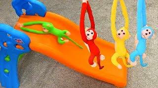 Cinco monitos saltando sobre la cama