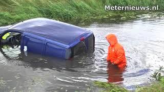 Auto duikt water aan de A28 in de Wijk in