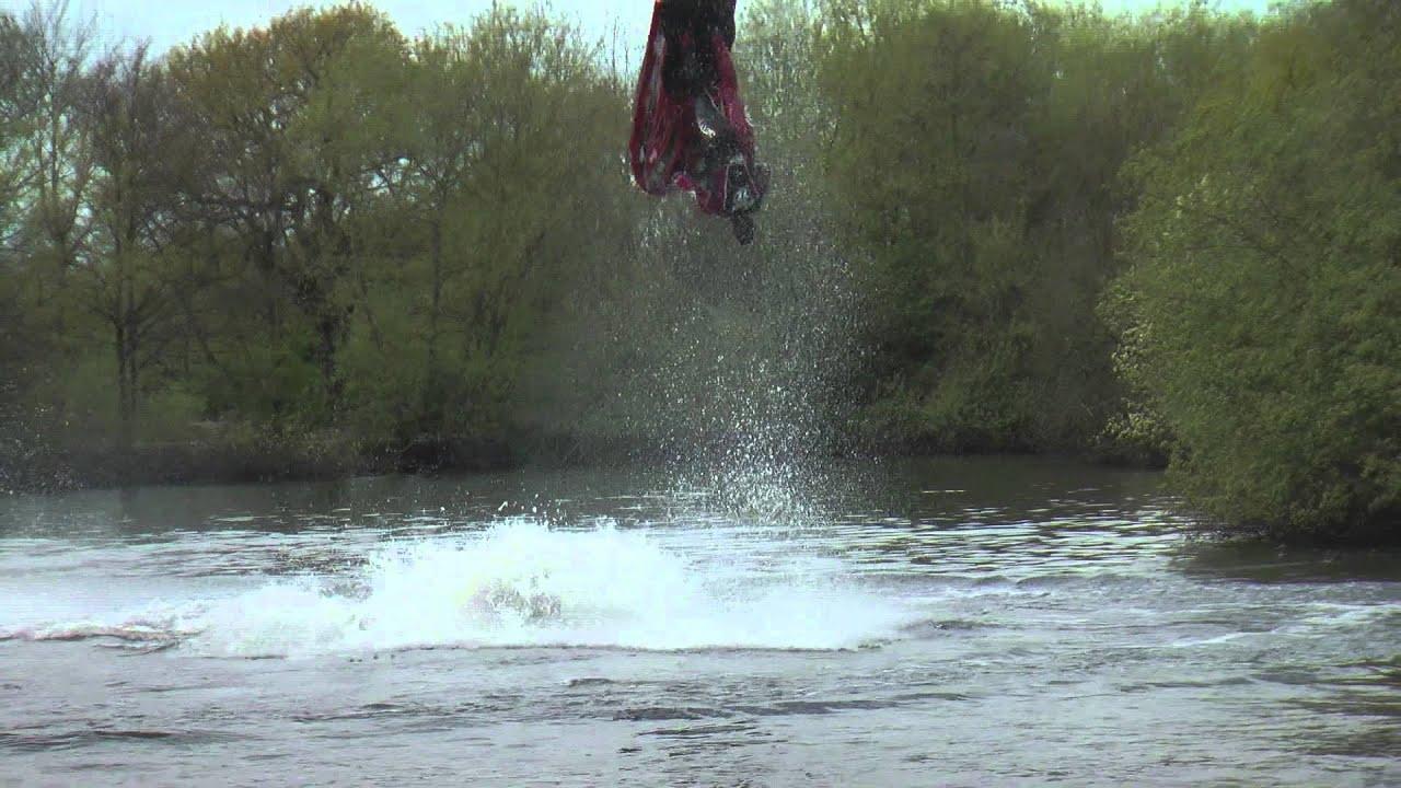 Ant Burgess fait des backflips en jetski