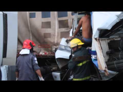 Milagre na BR-040- Barbacena MG, motorista sobrevive a grave acidente- 23/03/14- com Diego Cobucci