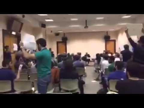 """أدونيس يحط في """"الجامعة الأميركية"""" بيروت .. وطلاب يقاطعون شاعر """"نظام البراميل المتفجرة"""""""