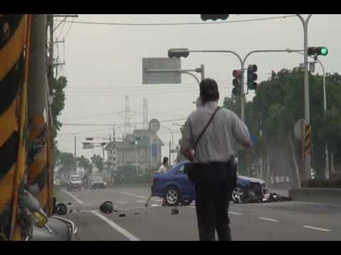 Accidente de moto por pasarse semáforo en rojo un coche