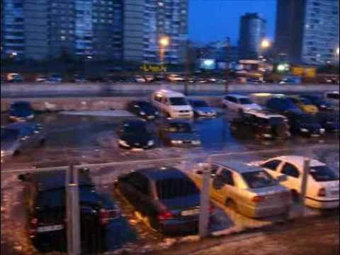 Kiev car went under water ......В Киеве автостоянка ушла под воду