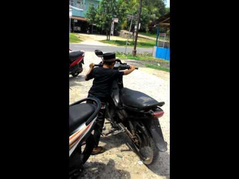 VIDEO LUCU ANAK KECIL KAKI GA SAMPE NAIK MOTOR...!!!