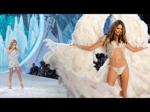 Adam Levine Blows Kisses To Behati Prinsloo At The Victoria's Secret Fashion Show | POPSUGAR News