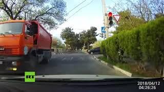 Niña rusa es atropellada por camión y se levanta como si nada