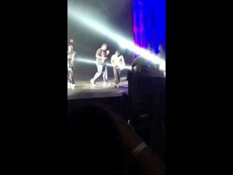 """Kevin Hart Falls On Stage! """"What Now"""" Tour"""