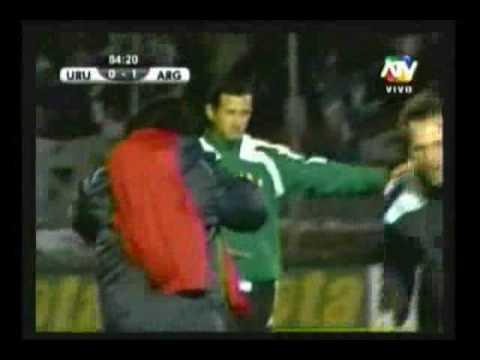 Bilardo llora y abraza a Maradona tras clasificación de Argentina