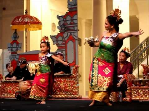 Tari pendet (Balinese dance)