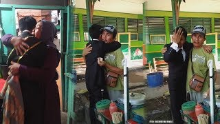 Video Viral Lulus Sarjana lalu Peluk Ayahnya yang Jualan Cilok di Sebuah Sekolah