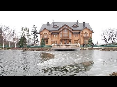 Ukrainians take a look around Yanukovich compound