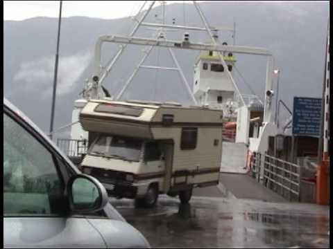 Afgebroken zonnescherm van camper op ferry