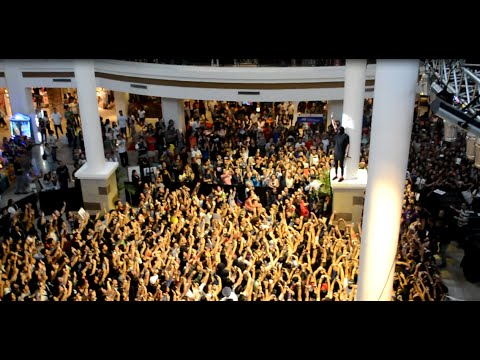 Tyler climb at the top of the audience live Car Radio in Manila- Twenty One Pilots