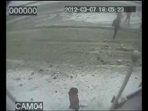 Грузовик едва не убил двоих грузчиков