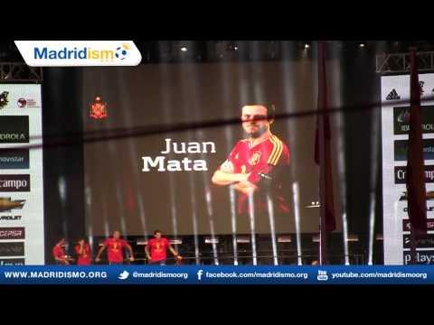 Pepe Reina presenta los jugadores en la celebración de los campeones del Euro 2012, España