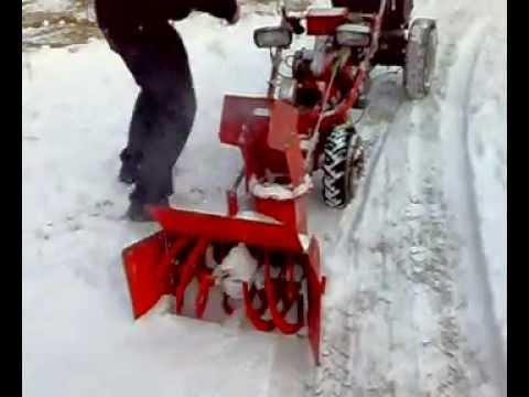 mf 70 traktorek dzik w akcji z dmuchawą do śniegu