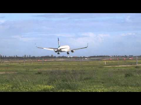 Air New Zealand 767-300 ZK-NCI Crosswind Landing at Adelaide Airport
