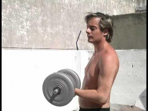 Hombre se quita la ropa, desnudo y Fuerte (chapusón - agua) - YouTube