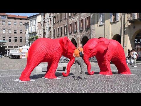 Pavia, due elefanti rossi in piazza della Vittoria
