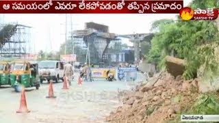 Landslide blocks traffic in Vijayawada - తెల్లవారుజామున విరిగిపడ్డ కొండచరియలు - netivaarthalu.com