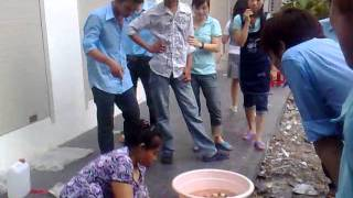 VIET NAM LADY KILLS SNAKE IN HO CHI MINH CITY