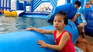 Bé chơi nhà phao- cầu trượt nước- công viên nước| Kid play at beach | kids swimming 2