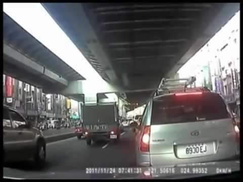 Пьяный водитель сбил копа на мотоцикле