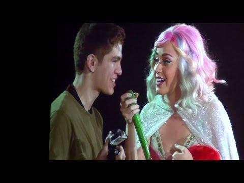Katy Perry se abraza con un fan en Barcelona