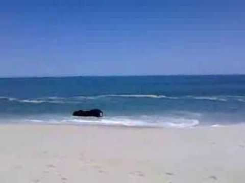 Mar de Itaipuaçu levando carro.