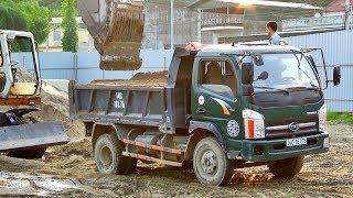 Bé xem máy xúc múc cát xây dựng lên xe ô tô tải | Nhạc thiếu nhi : Cả nhà thương nhau | Tientube TV