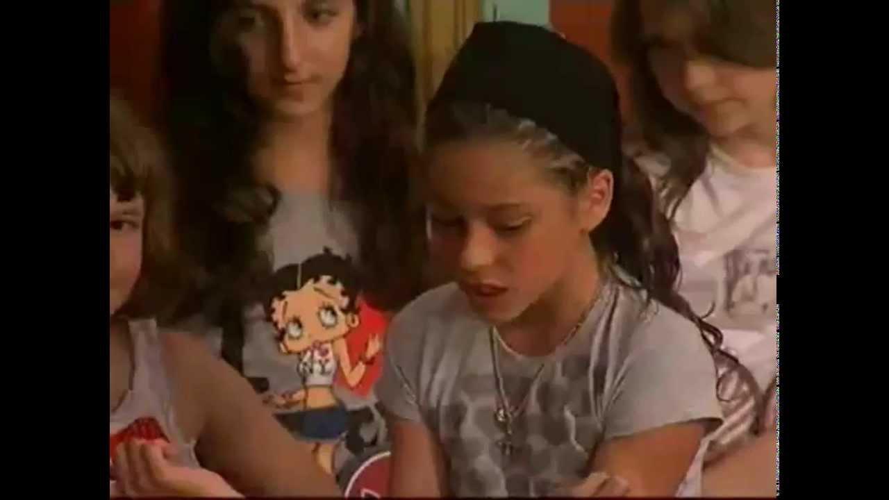 Martina Stoessel junto a Angela Torres actuando en Patito Feo de ...